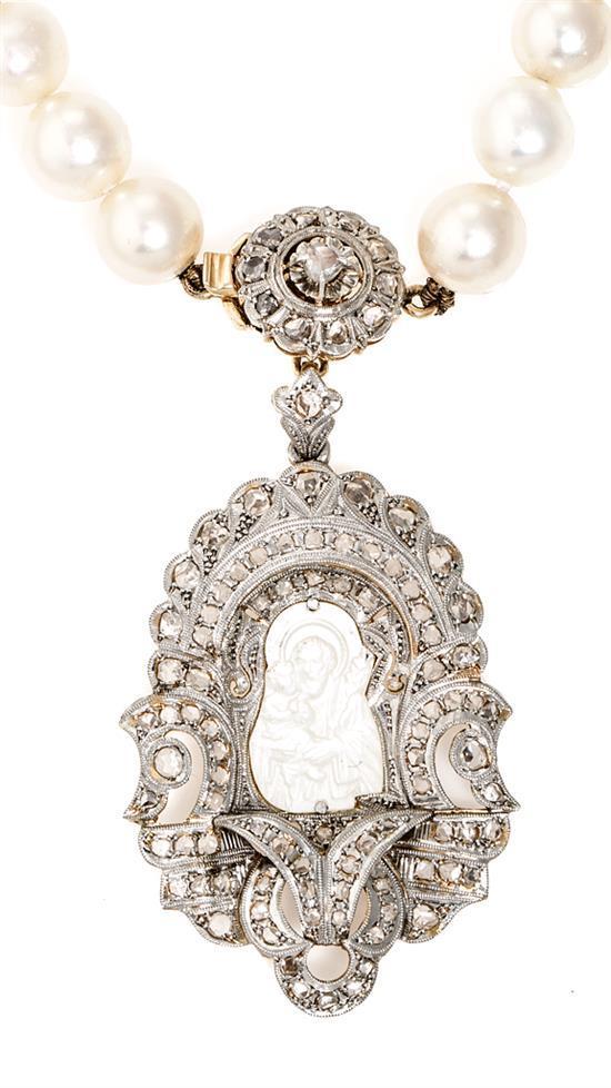Gargantilla de perlas con medalla devocional, de mediados del siglo XX