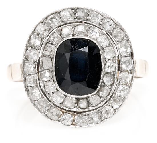 Sortija rosetón de zafiro orlado de diamantes, hacia 1910