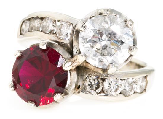 Sortija tú y yo de diamante y rubí, de mediados del siglo XX