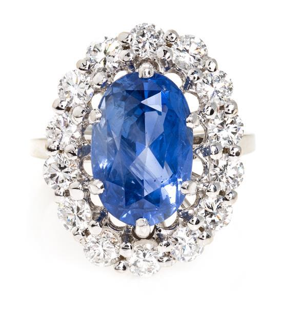 Sortija francesa de zafiro orlado de diamantes
