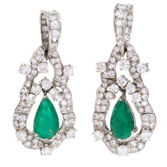 Pendientes largos de esmeraldas y diamantes, hacia 1950