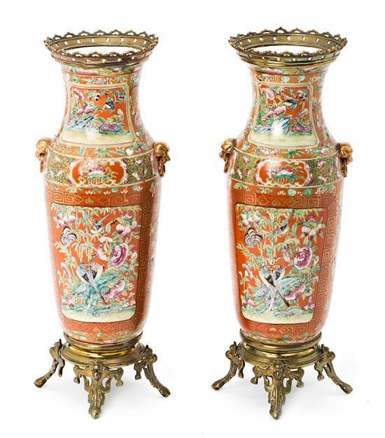 Pareja de jarrones chinos en porcelana de Cantón con monturas europeas en bronce dorado, de finales del siglo XIX