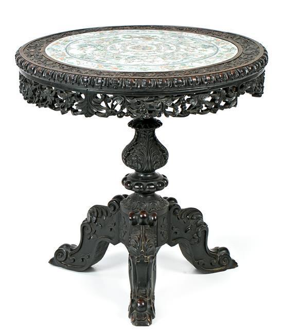 Mesa circular china Hongmu con sobre en porcelana Familia Verde y madera tallada y calada, del siglo XIX