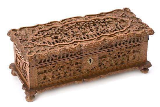 Caja china en madera tallada de Cantón, de finales del siglo XIX-primeras décadas del siglo XX