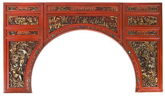Escuela china del tercer cuarto del siglo XX Marco arquitectónico Paneles en madera tallada, calada, lacada y dorada