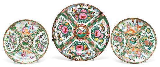 Pareja de platos y plato individual chinos en porcelana de Cantón, de finales del siglo XIX-primeras décadas del siglo XX