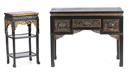 Peana china y mesa de estilo chinesco en madera tallada, lacada y dorada, de mediados del siglo XX