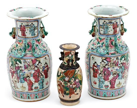 Pareja de jarrones chinos en porcelana Familia Rosa y jarrón chino en loza de Nanking, de finales del siglo XIX