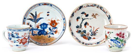 Dos tazas y dos platos chinos en porcelana Kangxi estilo Imari y de Compañía de Indias, del siglo XVIII