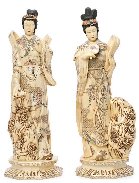 Escuela china de mediados del siglo XX Damas Pareja de esculturas en placas de hueso entintado y policromado