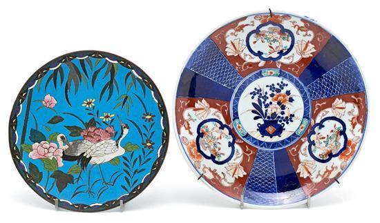 Dos platos japoneses en porcelana Imari y cobre esmaltado en