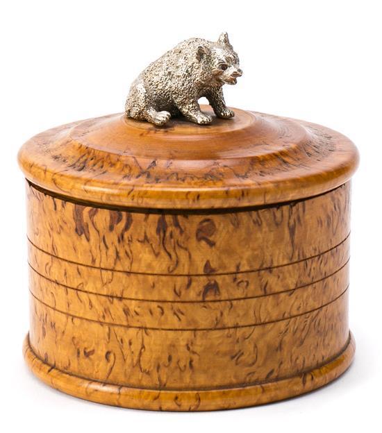 Caja rusa en raíz de abedul con tirador en forma de oso en plata con ojos de espinelas, hacia 1900