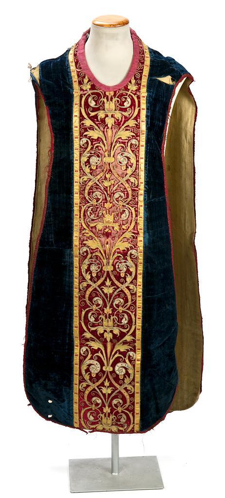 Casulla española en terciopelo bordado en seda e hilos de oro, de finales del siglo XVI-primeras décadas del siglo XVII