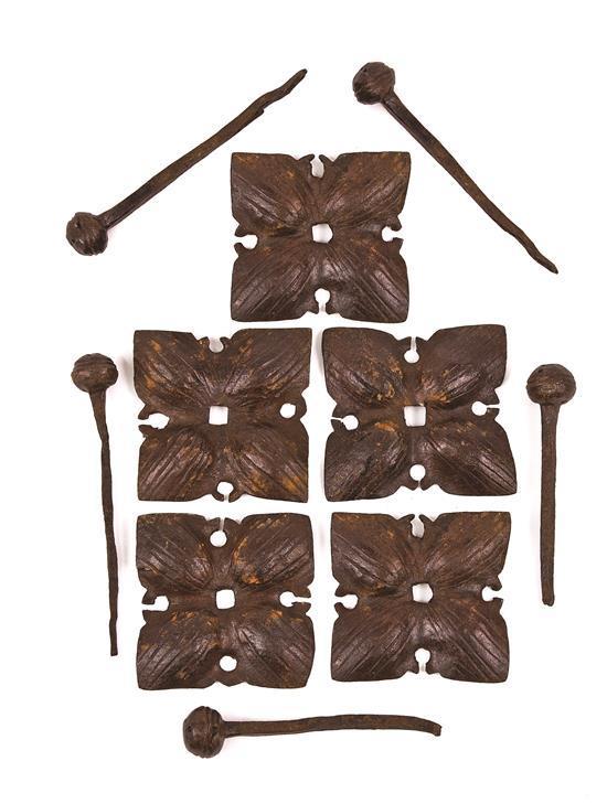 Cinco clavos con sus coronas en hierro, del siglo XVI