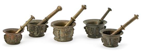 Cinco morteros españoles con sus manos en bronce, de los siglos XVI-XVIII