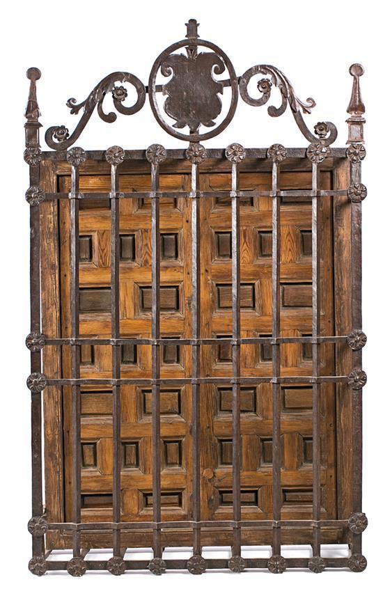 Reja de ventana española en hierro forjado con contraventanas en pino de melis y en madera de árbol de río con cuarterones, del sigl...