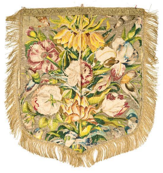 Capillo en seda bordada con hilos policromos y de plata y oro, de finales del siglo XVII-primer tercio del siglo XVIII