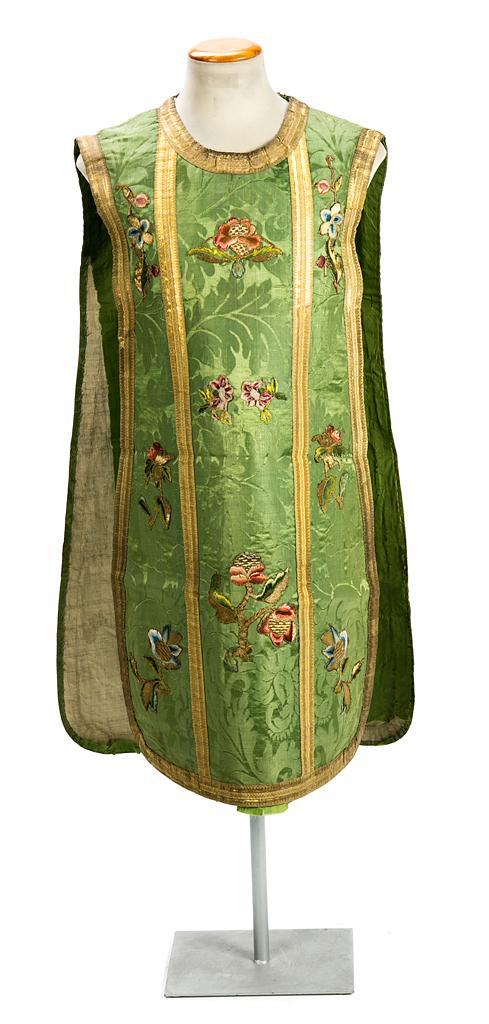 Casulla española en seda adamascada con aplicaciones florales bordadas con hilos policromos y de oro, del último cuarto del siglo XV...