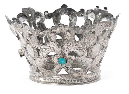 Corona de imagen española en plata repujada con cabujones de vidrios policromos, de finales del siglo XVII-principios del siglo XVII...