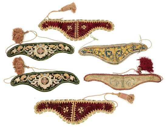 Dos parejas de cuellos de dalmática y dos individuales españoles en terciopelo bordado con aplicaciones, del siglo XVI