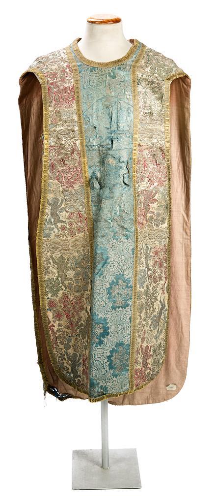 Casulla española en brocado de seda con hilos en plata, de la segunda mitad del siglo XVII-primera mitad del siglo XVIII