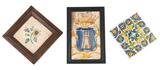 Azulejo con escudo heráldico, juego de cuatro azulejos de muestra y azulejo floral en loza levantina, de los siglos XVII y XVIII