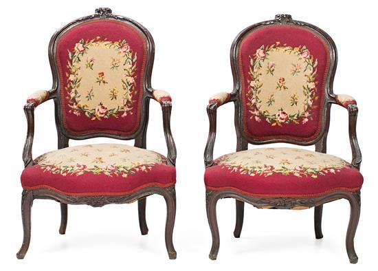 Pareja de sillones españoles en nogal tallado, del siglo XVIII