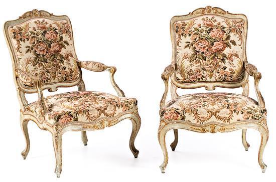 Pareja de sillones Carlos III en madera pintada y dorada, del siglo XVIII