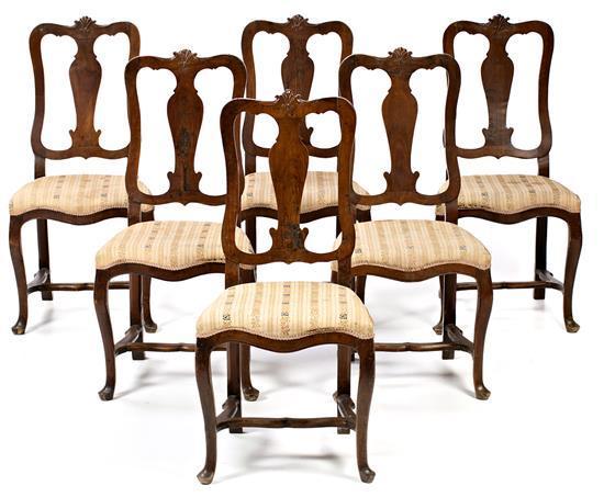 Juego de seis sillas españolas estilo Reina Ana en nogal tallado, de la segunda mitad del XVIII