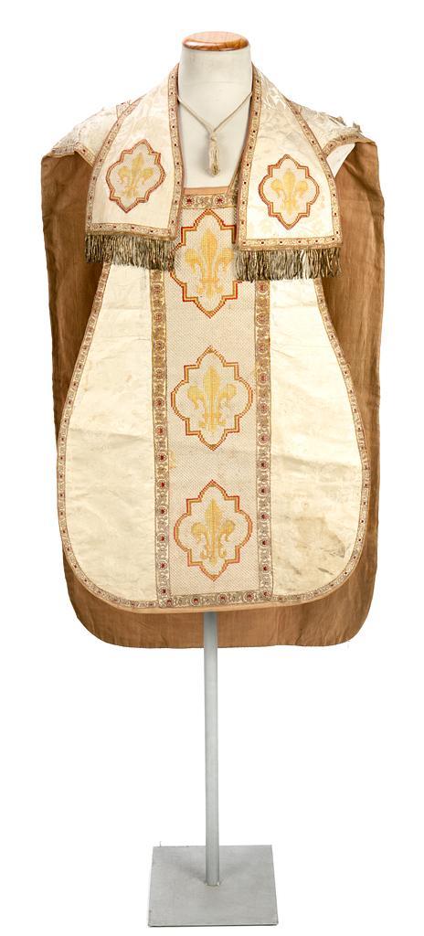 Juego de casulla y estola en seda adamascada con aplicaciones bordadas en punto de cruz, de la primera mitad del siglo XIX
