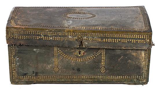 Cofre español o hispanocolonial en madera recubierta de cuero claveteado, del siglo XVIII