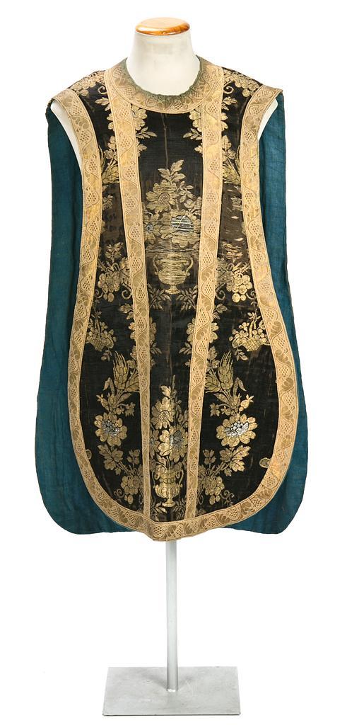 Casulla española en brocado de seda con hilos de oro y plata, de finales del siglo XVIII-primeras décadas del siglo XIX