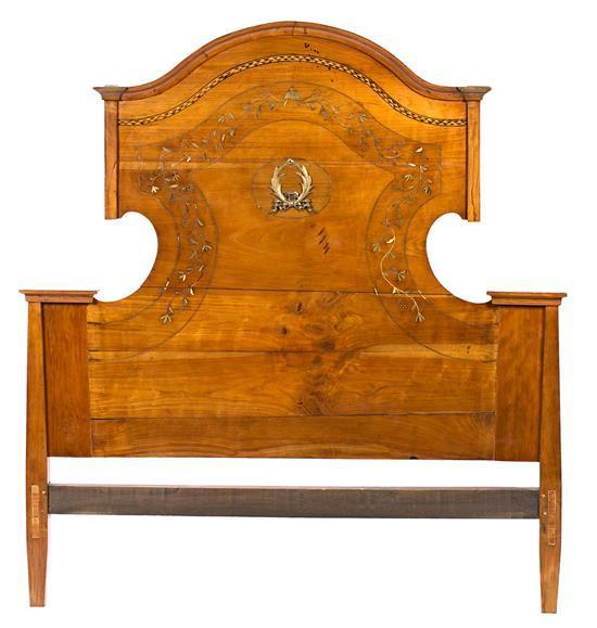 Cabezal de cama en nogal con marquetería de maderas finas y talla dorada, de finales del siglo XVIII