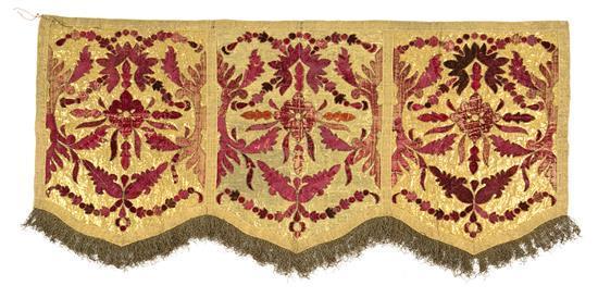 Colgadura-frontal de altar española en lamé de oro con aplicaciones en terciopelo, de la primera mitad del siglo XIX
