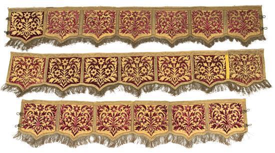 Juego de tres colgaduras en lamé de oro y terciopelo rojo con aplicaciones alternas, de la primera mitad del siglo XIX