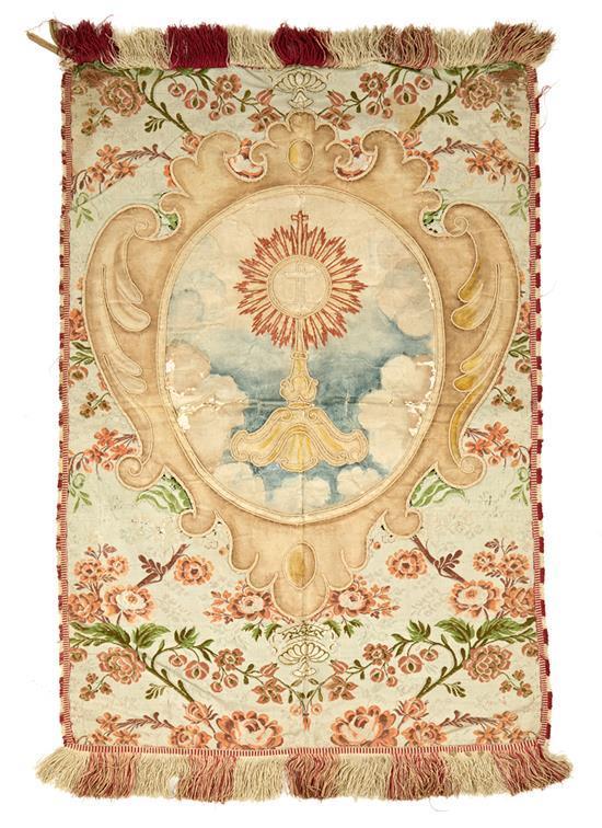 Estandarte en seda adamascada con aplicaciones en seda pintada y bordada, del siglo XVIII