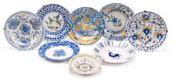 Ocho platos de Talavera y levantinos en loza, de los siglos XVIII y XIX