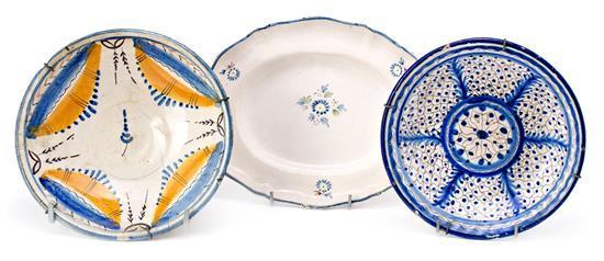 Fuente en loza de Alcora y dos platos en loza levantina, de los siglos XVIII y XIX