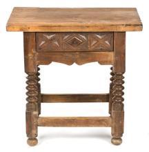 Mesa española en nogal tallado y torneado, del siglo XIX