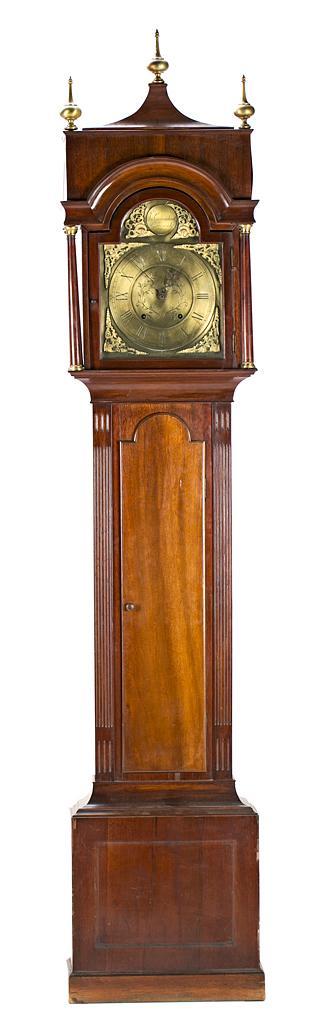 Reloj de caja alta inglés tipo Morez en caoba con aplicaciones en latón, finales del siglo XIX- principios del siglo XX
