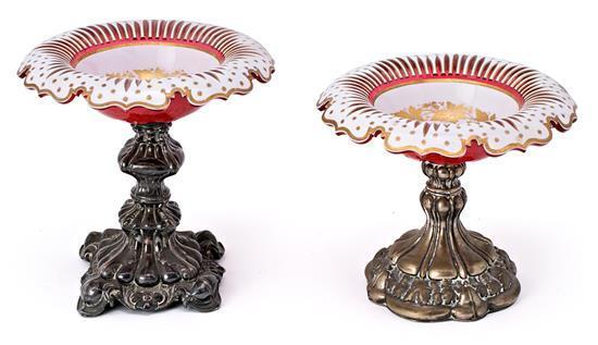 Dos centros en cristal doblado, tallado y dorado de Bohemia, con bases en plata, de la segunda mitad del siglo XIX