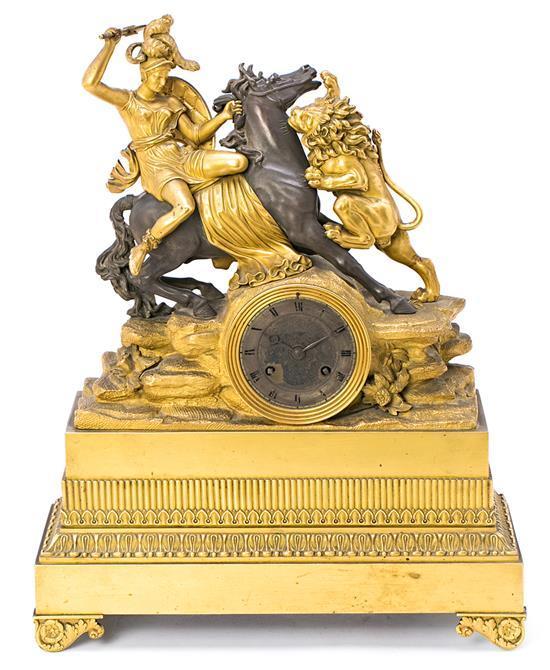 Reloj de sobremesa francés Imperio-Carlos X en bronce dorado y pavonado, hacia 1810-1820