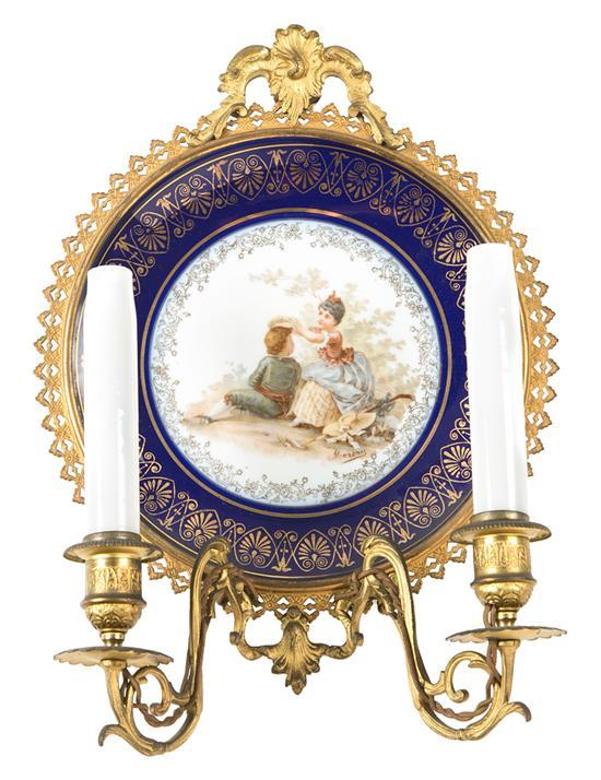 Aplique en bronce dorado con plato en porcelana de Limoges, de finales del siglo XIX