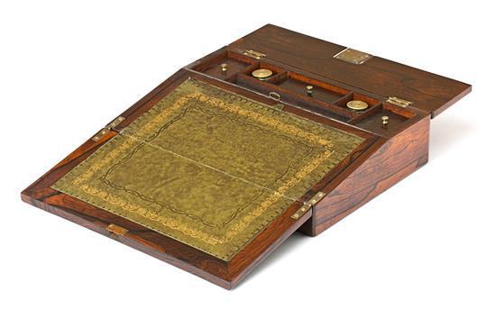 Escritorio de viaje victoriano en caoba con marquetería en madera satinada, de finales del siglo XIX