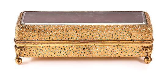 Caja francesa en latón parcialmente policromado con sobre en cristal, del primer tercio del siglo XX