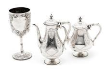 Copa y juego de tetera y cafetera ingleses en plata, de 1896 y de finales del siglo XIX