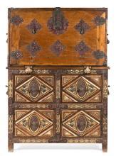 Escritorio-papelera español estilo barroco en nogal y madera tallada dorada y policromada con incrustaciones en hueso pintado, del s...