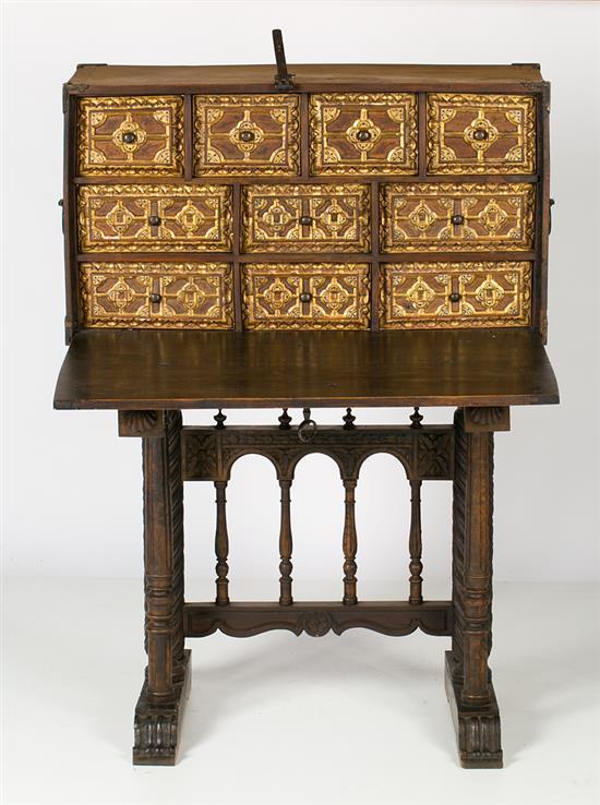 Arquilla española estilo barroco en nogal tallado, dorado y con aplicaciones en hueso entintado, del siglo XIX