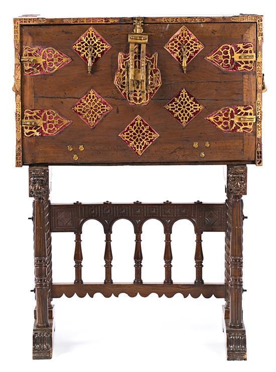 Escritorio-papelera en nogal y madera tallada, policromada y dorada con incrustaciones en hueso tintado, del siglo XIX