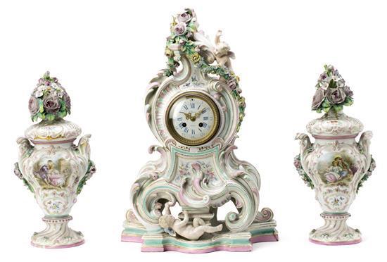 Guarnición estilo rococó formada por reloj y pareja de jarrones en porcelana inglesa probablemente de Chelsea, de finales del siglo...